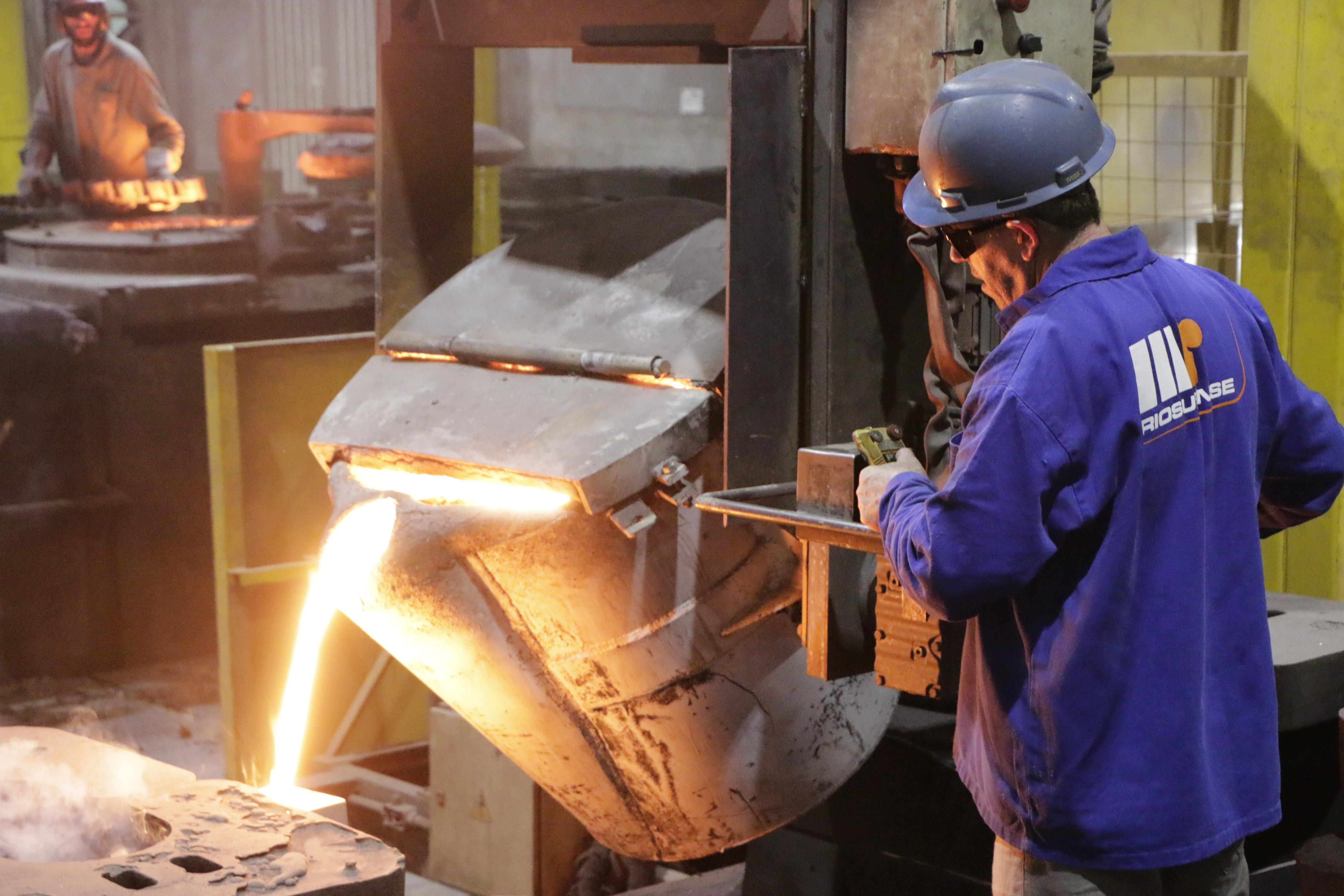 Metal sendo despejado no molde para fundição na Riosulense