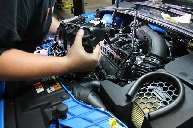 Protótipo impresso em 3D sendo testado antes da peça final (em metal) ser produzida