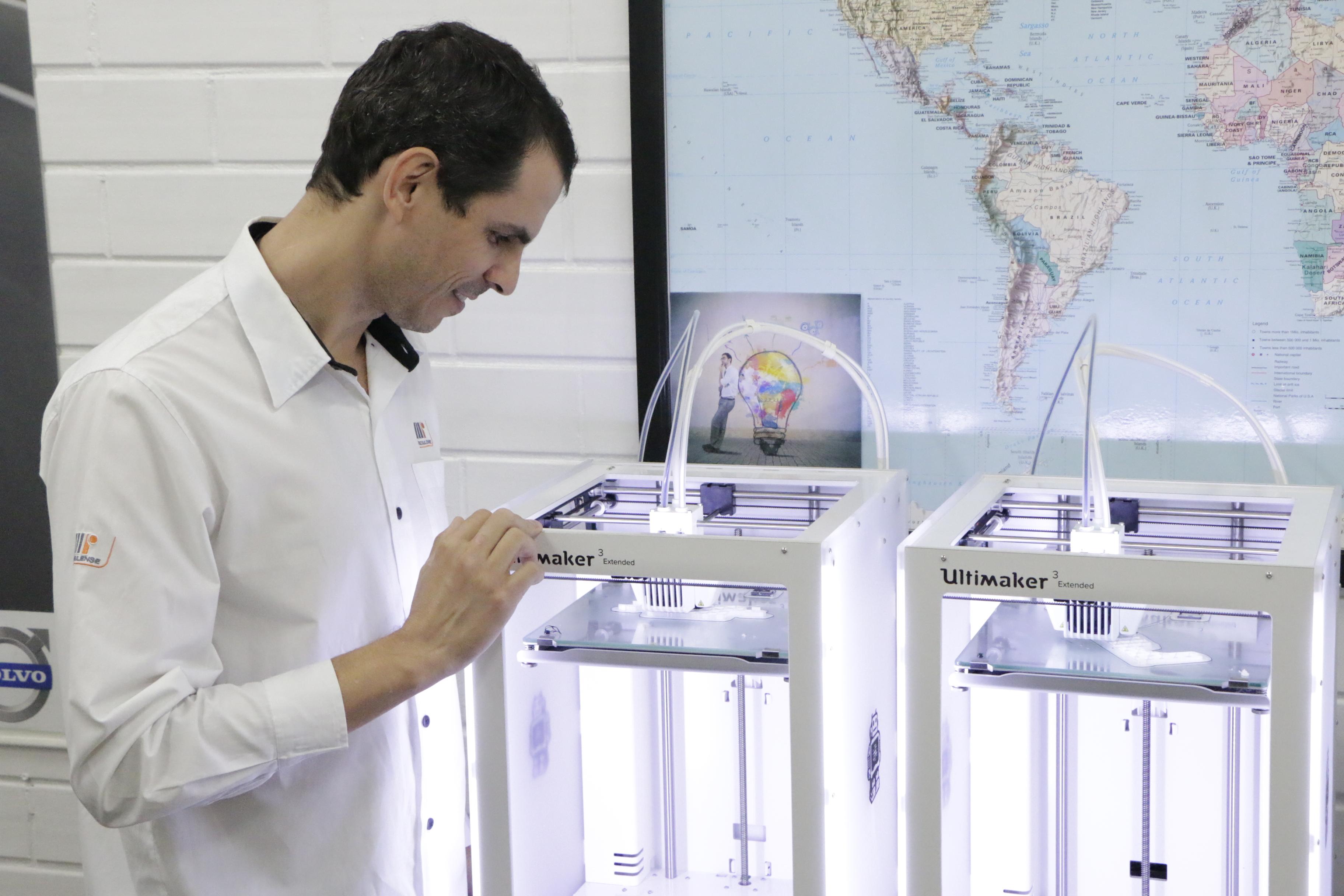Roberto Resende verificando o projeto da Riosulense na impressora 3D da Ultimaker